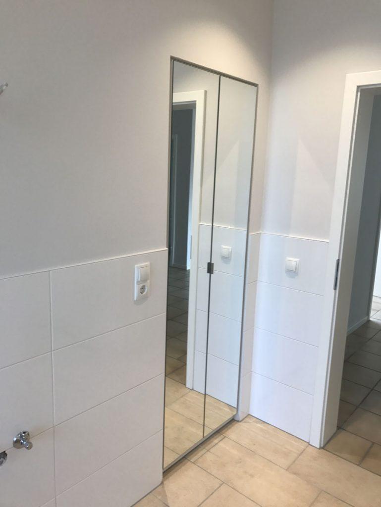 einbauschrank mit spiegelt ren f r das badezimmer. Black Bedroom Furniture Sets. Home Design Ideas