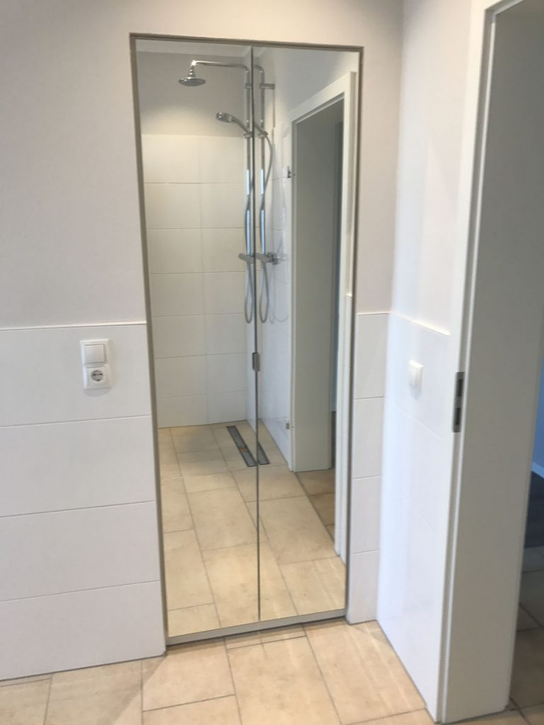 Praktischer Einbauschrank, Fast Unsichtbar Durch Spiegeltüren In Die Wand  Integriert.