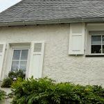 Hausansicht mit Fensterläden