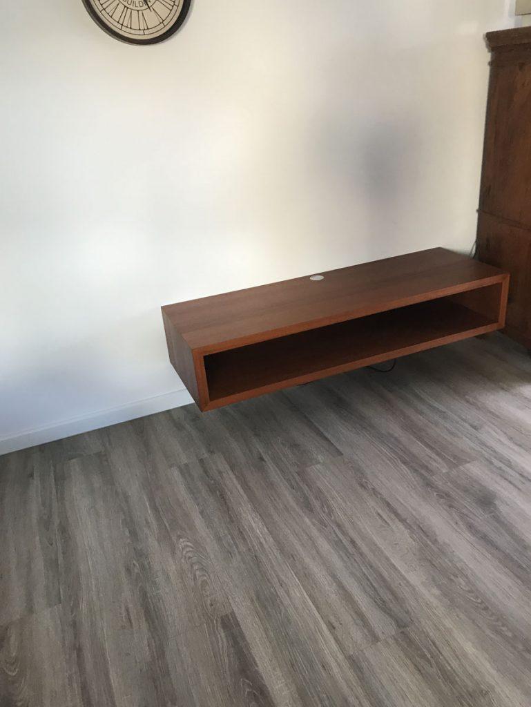 tv regal freischwebend an der wand tischlerei schmandin. Black Bedroom Furniture Sets. Home Design Ideas